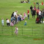 綱引き遊びで大騒ぎな幼児たち