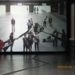 入口ホールのスクリーンの前に立って体を動かすと、スクリーンには少し時間がたってから、その姿がデフォルメされて奇妙な形・動きとして写し出される。