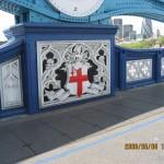 タワーブリッジ欄干のエンブレム 白地に赤十字はイングランド代表のユニフォームでおなじみのセント・ジョージ