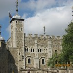ロンドン塔 11世紀に軍事要塞として建てられたが、その後、居城、監獄・処刑場、異端者・反逆者の幽閉場として使用された。旅行ガイドによると「敷地内は広いので、見学には3時間は欲しい」との事。今回は外から見ただけ。