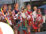 民族衣装を着て歌を唄う子どもたち