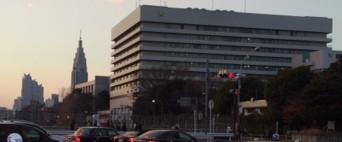 信濃町駅から望むネオゴシック。慶応病院の左側に見える。
